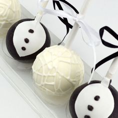 These bride and groom design cake pops are perfect for giving to your guests as favours at your wedding! Uk Bride, Bride Groom, Edible Wedding Favors, Wedding Cakes, Groom Cake, Cake Pops, Cake Ideas, Icing, Floral