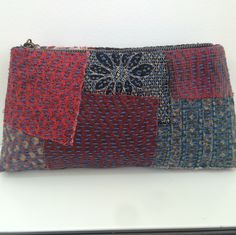 Another beautiful Boro inspired Zppi Purse. Love the blue sashiko thread purse pattern Japanese Bag, Japanese Quilts, Japanese Textiles, Japanese Fabric, Sashiko Embroidery, Japanese Embroidery, Boro Stitching, Kantha Stitch, Running Stitch