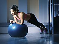 Abdos, bras, fessiers : 7 exercices à faire avec un ballon de pilates