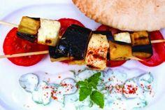 Kebabs med aubergine, squash, tofu, sensommertomater, svampe som hos sticks n sushi, med de rette lækre Dips og saucer til og grillede majs, kartofler m.m.