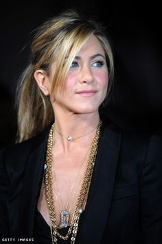 long bangs Jennifer Aniston - Ponytail with bangs Bangs Ponytail, Ponytail Hairstyles, Hairstyles With Bangs, Pretty Hairstyles, Hair Bangs, Bangs Sideswept, Haircuts, Beach Hairstyles, Men's Hairstyle
