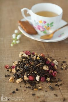 Flowery Berry Tea 40g loose white tea with fruit flavor 3 tbs dried cranberries 3 tbs dried raspberries 3 tbs dried chamomile flowers 3 tbs dried hibiscus flowers 1 tsp vanilla beans powder In a bowl, combine all ingredients. Put tea in a transparent bag or a pretty jar. For preparation, use one teaspoon per cup of water.