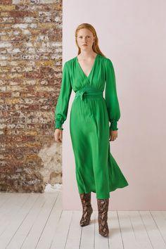 Whistles Spring 2020 Ready-to-Wear Fashion Show - Vogue 2020 Fashion Trends, Spring Fashion Trends, Fashion 2020, Grey Fashion, Modern Fashion, Fashion Outfits, Minimalist Fashion, Fashion Women, Women's Fashion