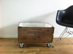 DIY tijdschriftenkist Onder dit oude kistje heb ik stoere wielen gezet en de binnenkant is met hoogglans wit gelakt.