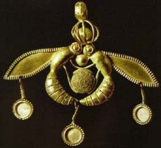 When the bee stings. (The Mallia Bee Pendant was recovered from a looted Minoan tomb on the Mediterranean island of Crete. Made of gold, the bee iconography of this piece is a testament to the importance of bees to society in the Late Bronze Age. Bee Jewelry, Insect Jewelry, Ancient Jewelry, Antique Jewelry, Potnia Theron, Collier Antique, Minoan Art, Rome Antique, Bee Art