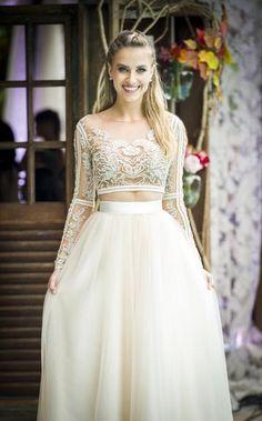 Modelo moderninho da personagem é ideal para casamentos civis, informais e ou segundo look da festa; confira + http://blogs.ne10.uol.com.br/social1/2017/05/04/malhacao-noiva-com-top-cropped-bordado-e-transparente-causou/