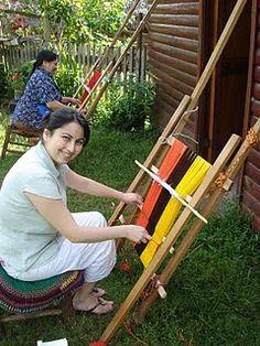 Telar mapuche en el jardín apoyado a la                          pared de la casa