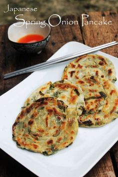 spring onion pancake japanese recipe scallion chinese pancake Japanese spring onion pancake or sometimes called chinese scallion pancake is one of my favourite savoury pancake. The secret recipe making a crispy and delicious spring onion pancake is mad… Scallion Pancakes Chinese, Chinese Pancake, Chinese Food, Japanese Pancake, Savory Pancakes, Japanese Dishes, Ramen Japanese, Japanese Meals, Japanese Lunch