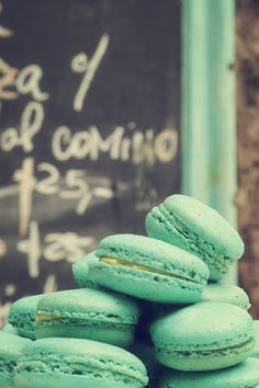 Minty Green Macarons - I want a print of this. ok and some of those macarons to go with it as well. Nutella Macarons, Pistachio Macarons, French Macaroons, Blue Macaroons, Wedding Mint Green, Sweet Tooth, Sweet Treats, Food And Drink, Yummy Food