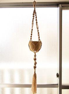 """マクラメ編みのプラントハンガーです。麻糸を2本取りで編んでいるので『〝NEJIRI""""ブラック』よりもやや太めで、長さもあります。植木鉢を吊るすだけで... ハンドメイド、手作り、手仕事品の通販・販売・購入ならCreema。"""