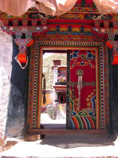 How to Plan the Budgetest Tibet Tour? - L' Essenziale Cool Doors, Unique Doors, Portal, Door Gate, Tibetan Buddhism, Door Knockers, Doorway, Stairways, Belle Photo