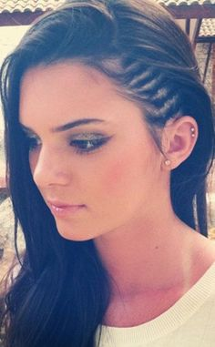 This is a photo of socialite and supermodel Kendall Jenner rocking the trend of cornrows. Cornrows became of fashion in the commonly by African American's when ethnic style was becoming before prominent. My Hairstyle, Pretty Hairstyles, Cornrow Hairstyles White, Shaved Hairstyles, Trending Hairstyles, Hairstyles Haircuts, Pretty Ear Piercings, Cartilage Piercings, Cartilage Hoop