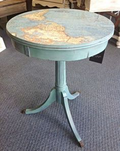 a personalized pedestal table with a map of the world deco DIY painted furniture - OLD Old Furniture, Repurposed Furniture, Furniture Projects, Furniture Makeover, Home Projects, Painted Furniture, Vintage Furniture, Simple Furniture, Furniture Design