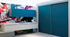 A porta deslizante Feltre em azul é só pra te lembrar que a Cinex tem a maior paleta de cores do mercado: mais de 50 tons para o vidro e 20 variações para os acabamentos dos alumínios.