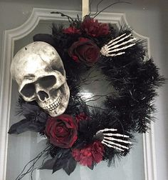 Halloween decor does not need to be scarily pricey. Now all Halloween decors must be scary. You can acquire the Halloween decor you would like for less. This Halloween decor is ideal for those who … Table Halloween, Soirée Halloween, Adornos Halloween, Manualidades Halloween, Halloween Door Decorations, Holidays Halloween, Diy Halloween Wreaths, Skeleton Decorations, Halloween Costumes