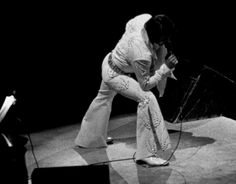 Elvis on stage at the Madison Square Garden ( New-York ) june 9 1972.