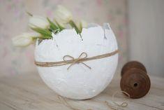 Askartele kevään kaunein koriste. Jättiläismäiseltä linnunmunalta näyttävä kulho on mainio kääre tuliaiskukille.