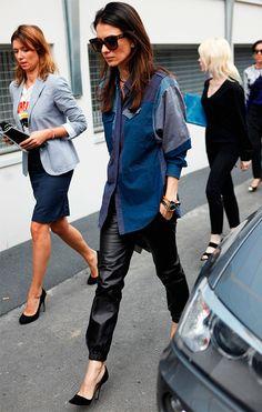street style look trabalho calça de couro com camisa jeans