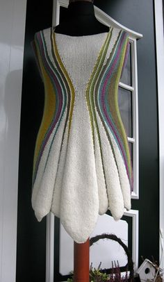 sukienka-tunika. How about knitting this sideways with short rows?