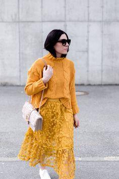 Trendfarbe Gelb kombinieren, Welche Farbe passt zu gelb, Trendfarben 2018, Modefarben kombinieren, Mode Tipps für den Alltag, Fashion Blog, Streetstyle, gelber Midirock, Superga Platform Sneakers, www.whoismocca.com