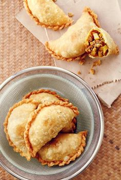 Curry Puff- The thought of crispy, golden pastry paired with curried potato and minced beef filling never fails to make us drool. The only thing better than curry puffs are freshly made ones! Try this easy recipe at home today. Empanadas, Samosas, Easy Home Recipes, Cooking Recipes, Beef Recipes, Snack Recipes, Johnny Cake, Indian Food Recipes, Asian Recipes