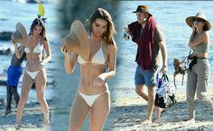 #EmilyRatajkowski in a sexy white bikini at the beach in Malibu! EmRata was joined by her boyfriend, photographer #JeffMagid!! • • • • • #EmilyRatajkowski em um biquíni branco sexy na praia em Malibu! EmRata estava acompanhada pelo namorado dela, o fotógrafo #JeffMagid!!