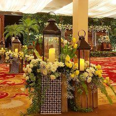 Instagram media azkaanggunart - Rangkaian dekorasi pernikahan Ardya & Dhika - 070516 #ardyadikha Venue : @balaikartini Tema : Javanese Rustic Pelaminan : Gebyok Rustic @gebyok Lighting : @multilighting Tone Bunga : Hijau-putih-kuning #azkaanggunart #decorationplanner #tematikdekor #asmarandana #weddingdecoration #balaikartini #jeparalounge #bekaresto #gebyok #dekorasipernikahan #javanese #javanesewedding #rusticwedding #rustic #flowerarrangement #freshflower #thebridedept #thebridebestfr...