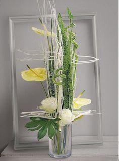 Anis: Création verte et blanche, de roses, anthuriums et branchages calés entre…
