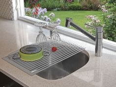 Over the Sink Roll Up Drying Rack the dish drainer that rolls up and goes away when not in use. Fits securely across a standard kitchen sink. Kitchen Inventions, Cool Kitchen Gadgets, Cool Inventions, Cool Kitchens, Dream Kitchens, Shops, Dish Racks, Clever Design, Rv Living