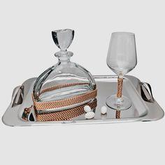 Το σετ γάμου αποτελείται μία κρυστάλλινη καράφα στολισμένη με ροζ χρυσό κορδόνι, ένα κρυστάλλινο οικολογικό ποτήρι του κρασιού με τον ίδιο στολισμό και ένα δίσκο παραλληλόγραμμο inox 18/10 ελληνικής κατασκευής.