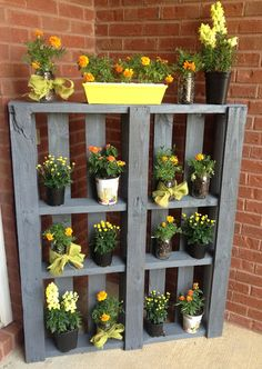 Pallet Planter http://www.athomewithkelsey.com/2013/08/updated-front-porch.html#more