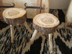 Taboret z pnia drzewa z widocznymi słojami. Brzegi siedziska celowo nieokorowane. Wymiary wysokość 52 cm siedzisko 33 cm x 37 cm ,grubość 11 cm