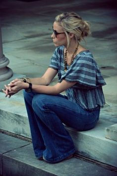 Boho Chic Style - A flared blouse styled with wide leg denim trousers for an uber-hippie look. We love those vintage sunglasses, wooden necklace and mix-and-match style hand bracelets. Hippie Mode, Bohemian Mode, Hippie Chic, Hippie Style, Bohemian Style, Mode Style, Style Me, Look Fashion, Fashion Beauty