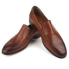 Today's Hot Pick :【单色】时尚简约手工打造复古布洛克冲孔休闲皮鞋 http://fashionstylep.com/P0000DWG/polyma/out 精选优质上等的皮革面料,搭配完美的楦型,为你的双脚带来前所未有的舒适感受!极具英伦风的复古冲孔设计,告别单一的亮相,衬托出手工缝线带来的精致情怀,精巧迷人的低跟,凸显儒雅绅士气质! <推荐潮搭> 纯色修身简约休闲西服/千鸟格拼接衬衫/纯色修身百搭九分裤 ♦布洛克 ♦简约 ♦英伦风
