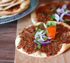 Pizza turque Ingrédients pour la pâte : 400 g de farine 15 g de levure boulangère fraîche ou 1 c.c de levure sèche 1 c.c de sel 9...
