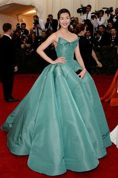 Liu Wen, vestido de Zac Posen - Gala MET 2014 - #Joyas y #celebrities en @BijouPrivee
