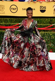 Lupita Nyong'o in Elie Saab gown at 2015 SAG Awards (January Julianne Moore, Keira Knightley, Estilo Fashion, Ideias Fashion, Stunning Dresses, Nice Dresses, Selfies, Elie Saab Gowns, Indie
