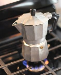 Tutorial for stovetop espresso maker. Making coffee with the Bialetti Moka Express.