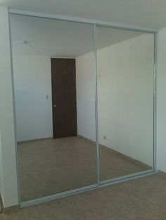 Pasillo closet para guardado general de carpetas puertas for Closet con puertas corredizas