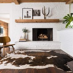 Love this amazing brown & white faux cowhide rug. Home And Living, Rugs In Living Room, Living Room Decor, Living Spaces, Small Living, Modern Living, Western Living Rooms, Western Bedroom Decor, Home Design