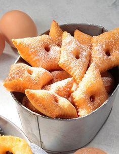 Recette Merveilles au citron : Râpez le citron pour récupérer les zestes. Versez la farine dans une jatte en formant un puits au centre. Ajoutez les œufs battus en omelette, le sucre en poudre, les zestes de citron, une pincée de sel et le beurre ramolli en petits morceaux. Travaillez la pâte ...
