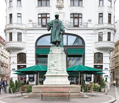 Przedstawiam: pan Gutenberg. Dostało mu się to miejsce bo trzeba było czymś tu udekorować. Gutenberg nie ma bezpośredniego związku z Wiedniem.  #österreich #austria #Vienna #Wien #wiedeń #igersaustria #igersvienna #igerswien #visitvienna #visitaustria #streetsofvienna #nofilter #viennablogger #ilovewien Vienna, Austria, Statue Of Liberty, Beautiful Pictures, Colorful, City, Instagram Posts, Travel, Alone