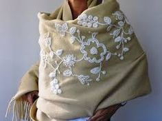 Risultato immagini per ponchos bordados a mano Crochet Potholder Patterns, Textiles, Embroidery Fashion, Embroidery Stitches, Shawl, Sweatshirts, Sweaters, Dresses, Embroidered Clothes