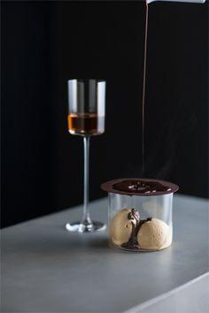 ビーバイビー銀座「バベリュットアイスクリーム」(¥900)をマデイラワイン(¥1,400)と一緒に。