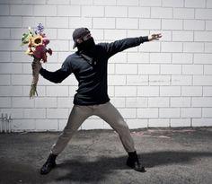 Quienes nos seguis desde hace algún tiempo sabéis que nos gusta el trabajo de Banksy. Lo mismo le ocurre al fotógrafo inglés Nick Stern.    Hace unos meses que Stern decidió hacer su personal homenaje al trabajo de Banksy realizando una serie de fotografías. En ellas reproduce con personas de carne y hueso las situaciones que Banksy ha plasmado en los muros de diferentes ciudades.