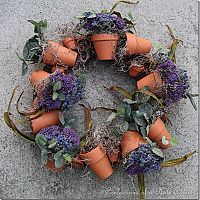 Terracotta Pot Wreath- Pretty easy DIY instructions using a grapevine wreath, twine, assorted terra cotta pots floral foam AND your favorite flowers. Flower Pot Crafts, Clay Pot Crafts, Flower Pots, Diy Flower, Garden Crafts, Garden Projects, Garden Art, Diy Projects, Deco Floral
