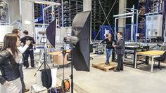 In einer der modernsten Lagerhallen Österreichs gehen in der Regel die mechanischen Roboterarme ihrem Tagewerk nach. Ganz ohne human intelligence geht's dann aber doch nicht. Modern, Gym Equipment, Warehouses, Robot, Trendy Tree, Workout Equipment