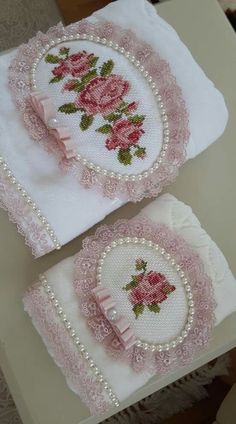 Lacy cross-stitch towel with pearls Silk Ribbon Embroidery, Hand Embroidery Designs, Embroidery Stitches, Machine Embroidery, Sewing Crafts, Sewing Projects, Personalized Towels, Towel Crafts, Embroidered Towels