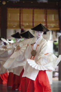 Geiko Momiju dancing the Kabuki Odori, my favorite Odori of summer! (Source)