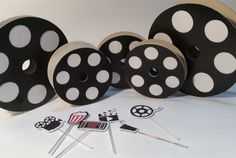 Rolo de filme decorativo, confeccionado em papel 240gr com base de papelão, ideal para decorar festas com tema cinema! Disponível nos tamanhos: 8,5 cm de diâmetro - R$1,50 cada 13 cm de diâmetro - R$2,00 cada 15 cm de diâmetro - R$2,00 cada 20 cm diâmetro - R$2,50 cada